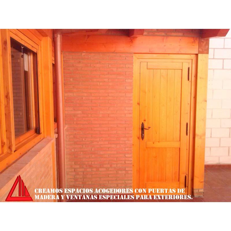 Puerta de exterior maciza de pino en color miel for Puertas macizas exterior