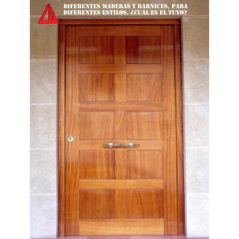 Puerta de exterior maciza de iroko barnizada nogal claro for Puertas macizas exterior