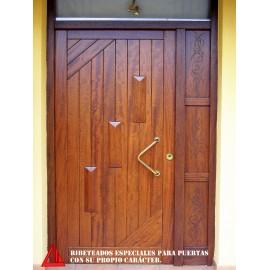 Puerta de exterior maciza de iroko barnizada color Nogal oscuro