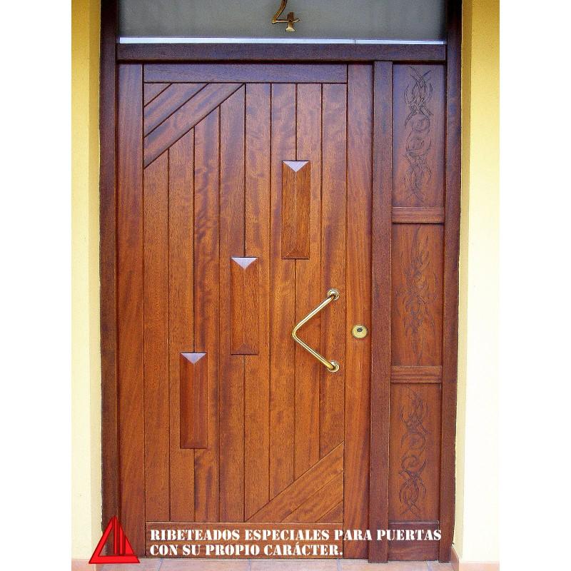 Puerta de exterior maciza de iroko barnizada color nogal for Puertas de iroko exterior