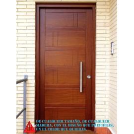 Puerta de exterior maciza de iroko barnizada en color nogal claro