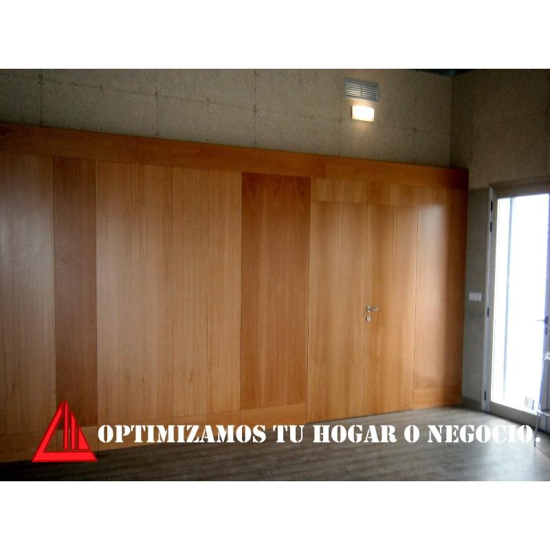 Puerta y panelado en madera - Panelado de paredes ...
