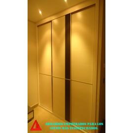 Armario con zona de plancha for Pequeno armario con puertas correderas