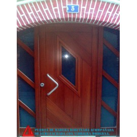 Puerta de exterior de madera de Iroko color nogal oscuro con ventana