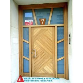 Puerta de exterior de iroko barnizada natural