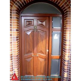 Puerta exterior de Iroko color nogal oscuro con forma de diamante