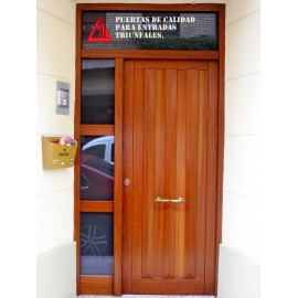 Puerta de exterior de iroko en color nogal personalizable for Color nogal claro