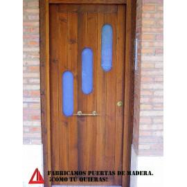 Puerta de exterior de pino en color nogal oscuro