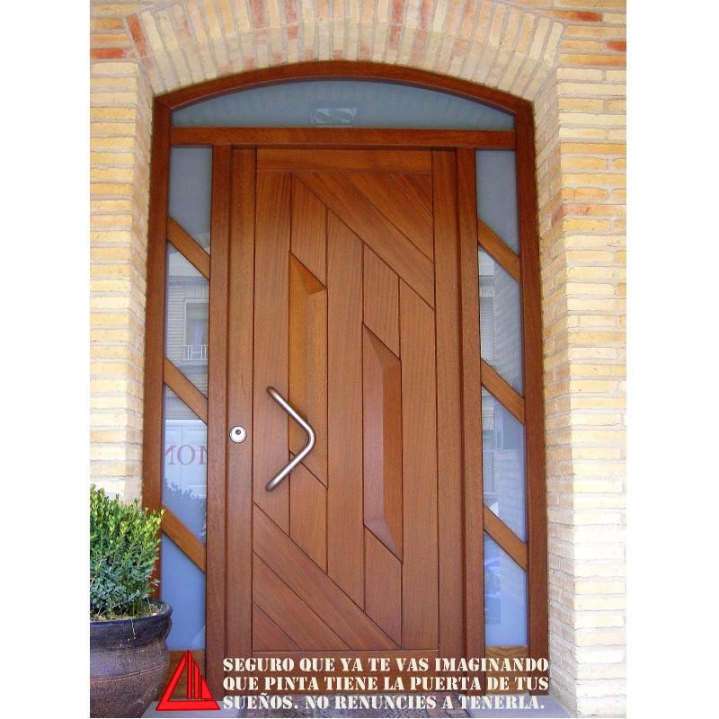 Puerta de exterior de iroko barnizado en color nogal claro for Puertas macizas exterior