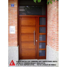 Discreta puerta de calle de iroko color nogal claro