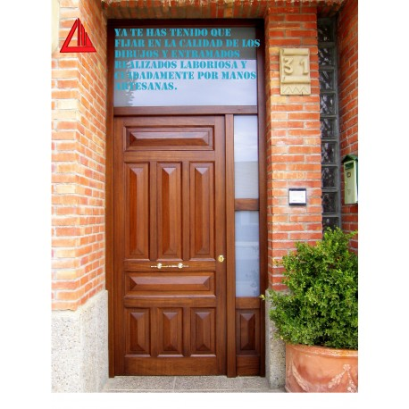 Puerta de exterior de iroko barnizado color nogal for Puertas macizas exterior