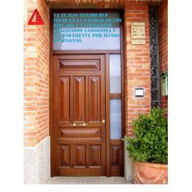 Puerta de exterior de iroko barnizado color nogal