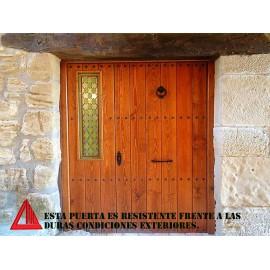 Puerta de exterior rústica de pino color nogal claro con vidriera