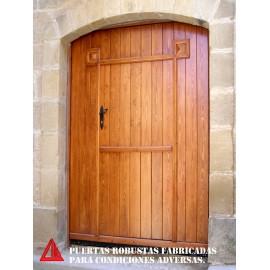 Puerta de exterior partida de pino color nogal claro