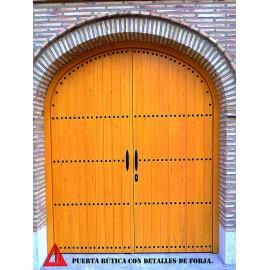 """Puerta exterior rústica """"cochera"""" en pino color miel"""