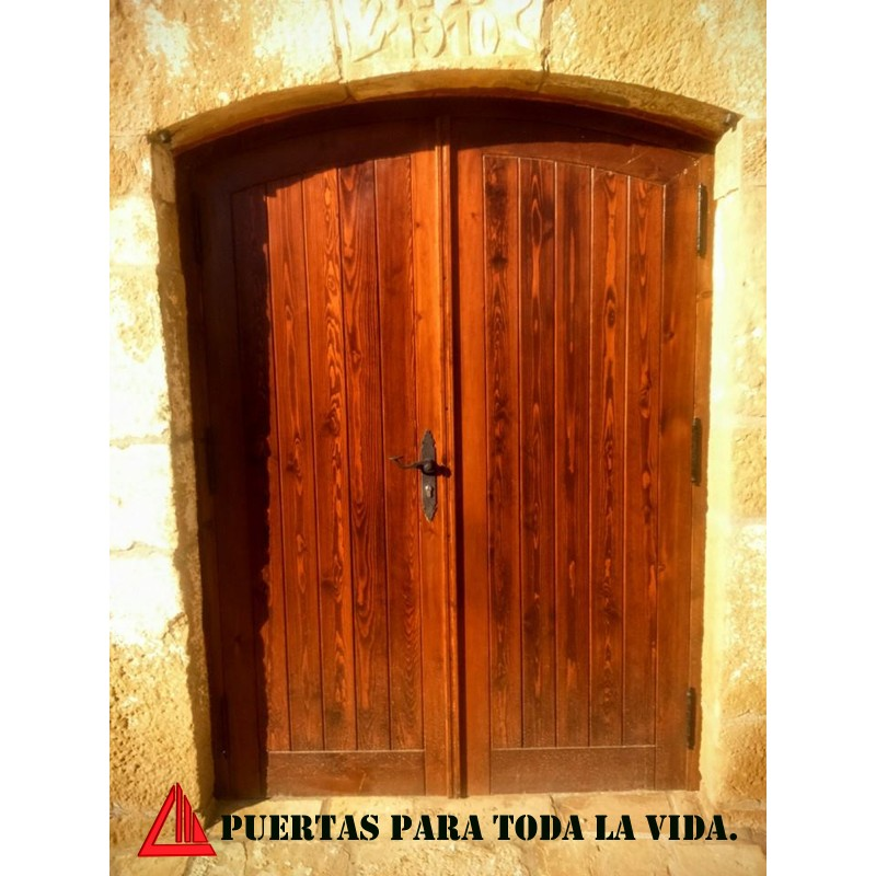 Puerta de exterior de dos hojas en pino color nogal claro - Puertas color pino ...