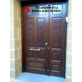 puerta de dos hojas de iroko color nogal oscuro con vidriera