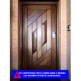 Puerta acorazada con forramiento de madera iroko