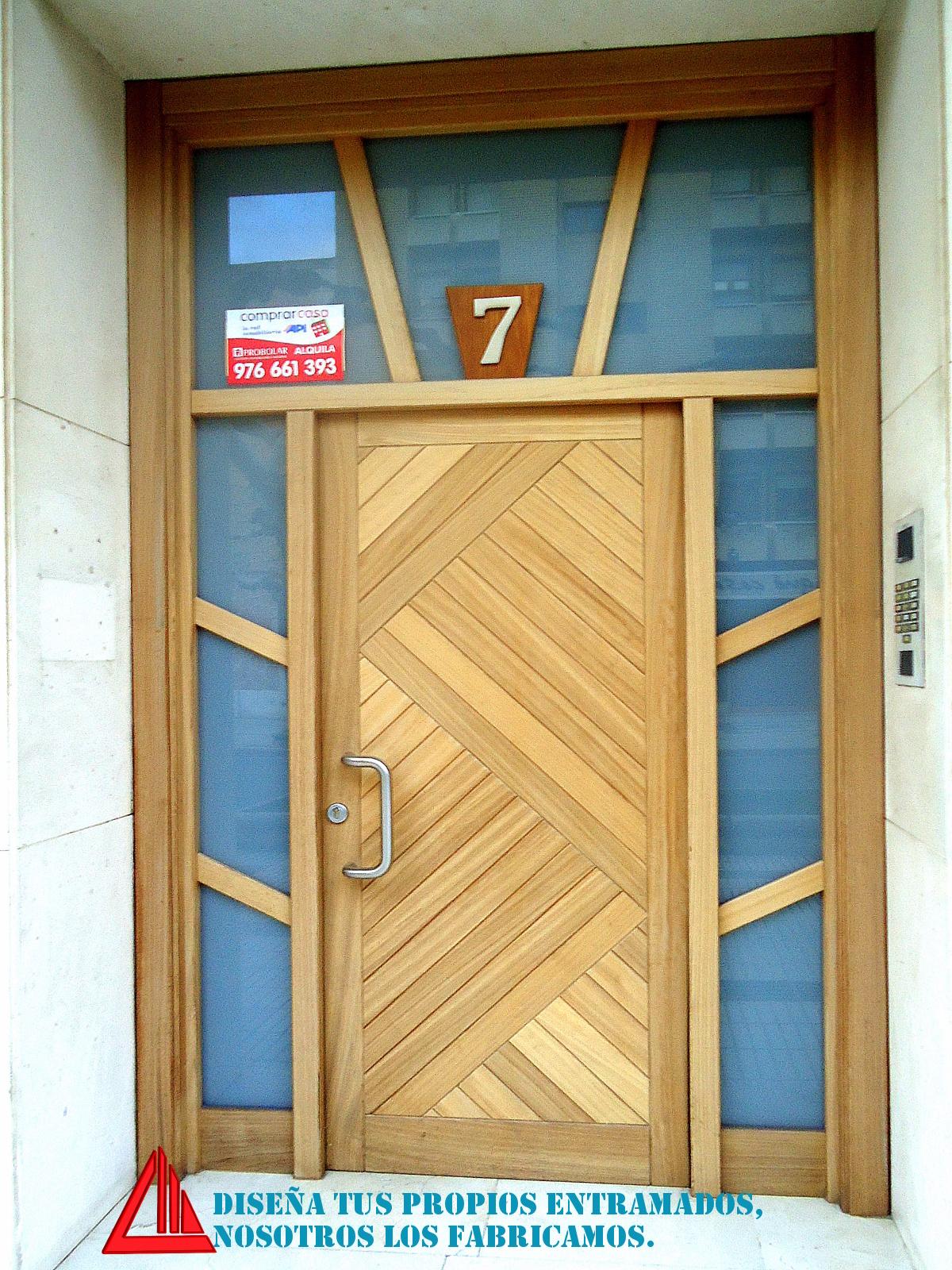 puerta de exterior de madera con vidriera fabricada por Carpintería Mena